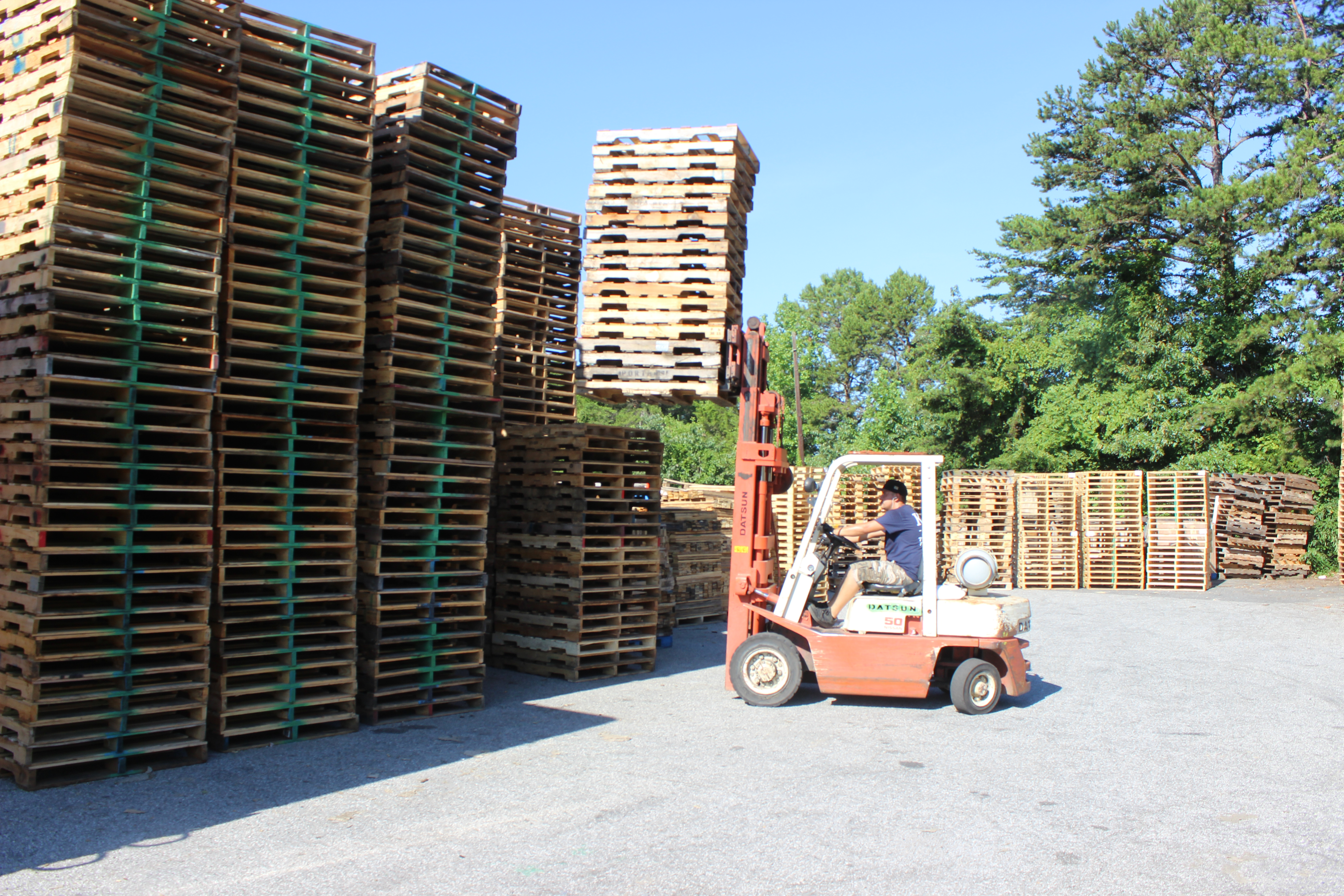 Stacking pallets